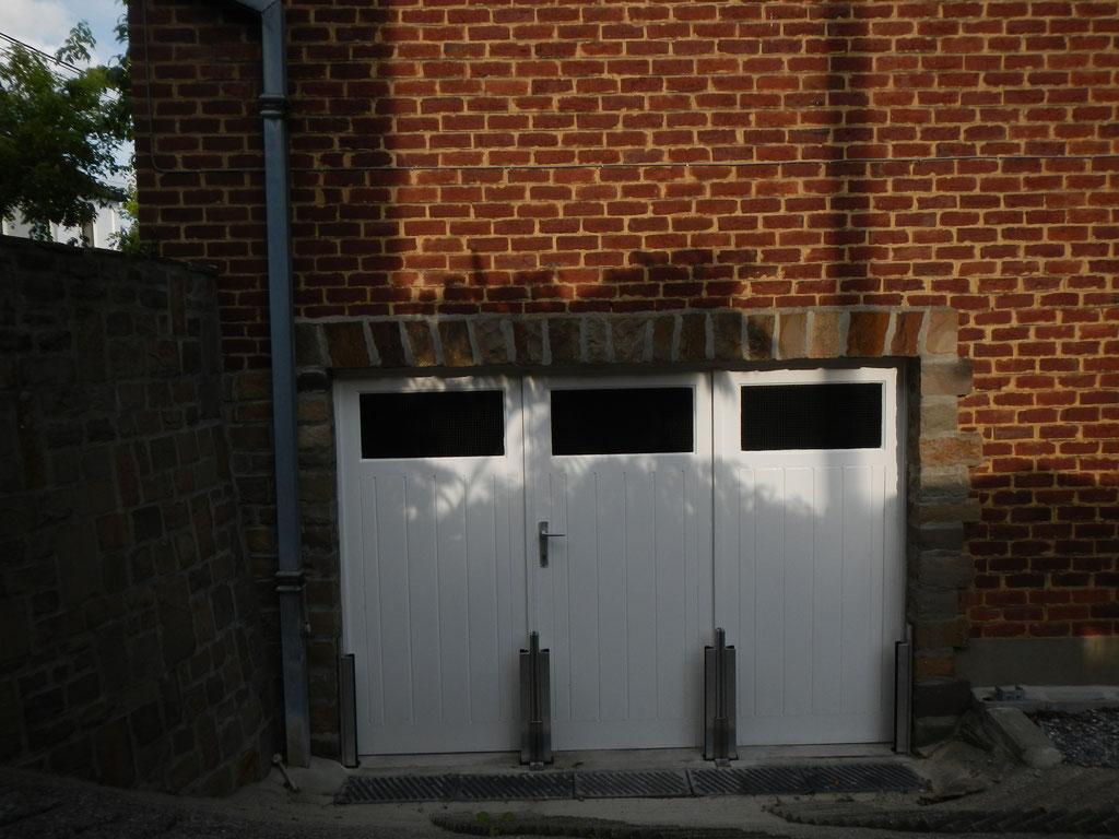 Protection batardeau anti crue accès garage en contrebas qui montre l'installation des poteaux intermédiaires haute résistance en aluminium, avant de positinner les panneaux amovibles étanches.