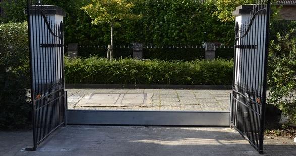 Installation d'un batardeau à l'entrée d'une propriété qui protégera l'intégralité de la maison