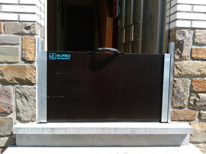 Système batardeau amovible de  porte de maison en briques . Porte ouverte, il est facile d'enjamber la barrière.