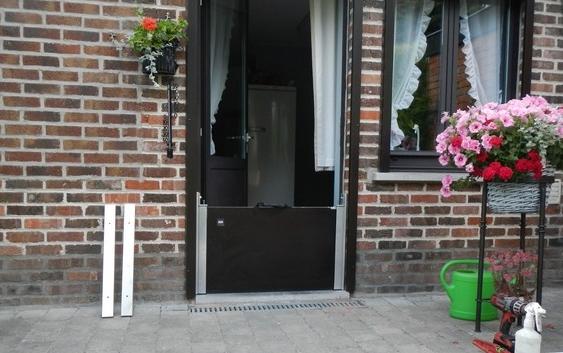 Photo qui montre une barriere amovible anti inondation porte maison installée avec notre KIT .