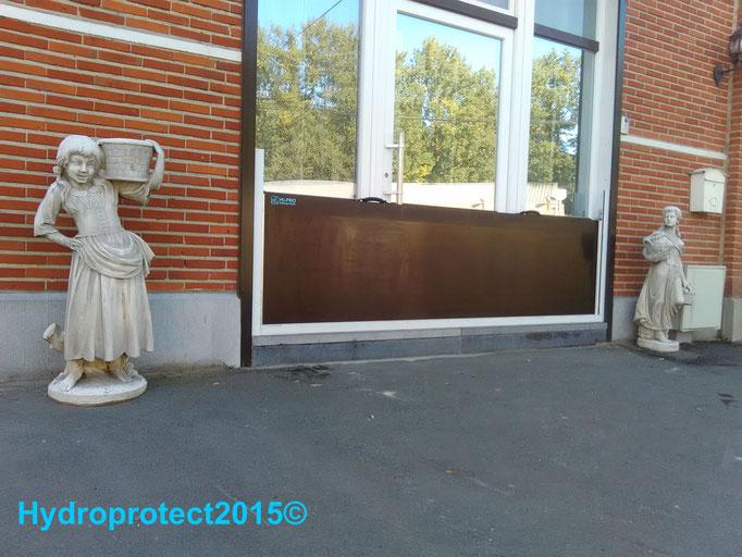 Batardeau installé en moins de 2 minutes, la porte d'entrée du local professionnel est protégée avec la barrière contre les  inondations