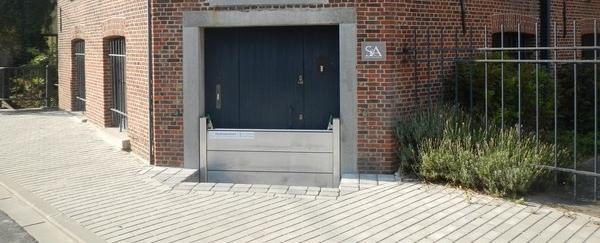 Batardeau batiment amovible composé de 3 éléments empilables qui protège une porte située en sous-sol
