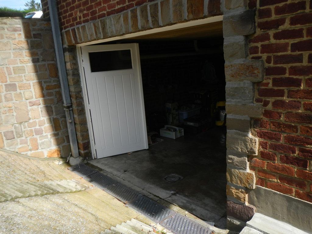 Protection inondations d'entrée de garage située en-dessous du niveau de l'entrée principale de l'habitation, protection anti inondations garage. Rampe d'accès au garage en pente.
