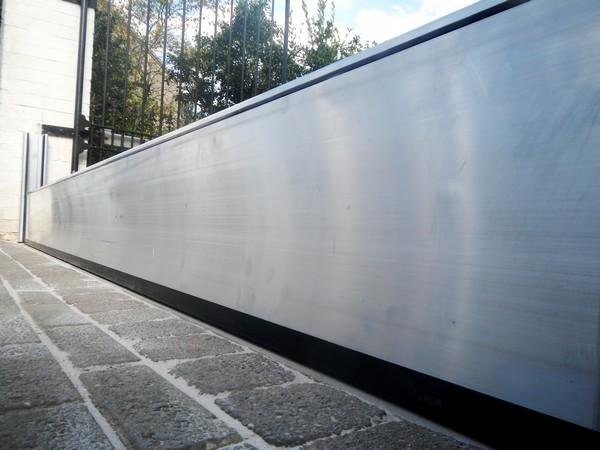Batardeau aluminium placé entre les montants du portail;Une protection cotre les inondations