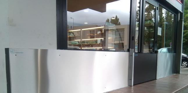 Batardeaux-anti-inondation-protection-ouverture batiment-Montpellier pour  partie basse des devantures de magasins, de commerces, d'établissements