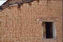 muro di mattoni crudi