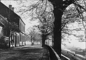 """Beeckerwerth: """"Haus Knipp"""", 1292 erstmals urkundlich erwähnt und hier in einer Ansicht um 1930, musste 1939 einer Deicherhöhung weichen."""