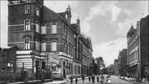 """Das """"Restaurant zum Schützenhaus"""" am Ortseingang von Beeck: Blick von Laar aus in die Kaierstraße (heute Friedrich-Ebert-Straße)."""