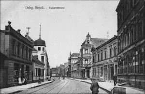 Die Kaiserstraße (heute Friedrich-Ebert-Straße) in Beeck: rechts das Bürgermeisteramt an der Ecke Windmühlenstraße, links das Postamt. Davor zweigte die Poststraße ab (heute Pothmannstraße).