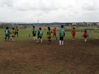 新1年生 2年生の試合の間はゴール裏で練習。