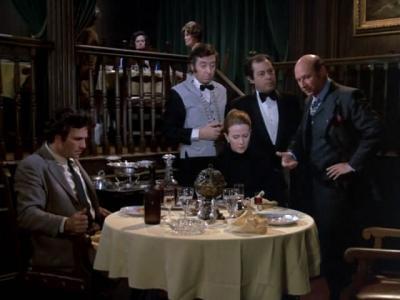 Peter Falk nella scena in cui Donald Pleasence scopre che il vino è andato a male
