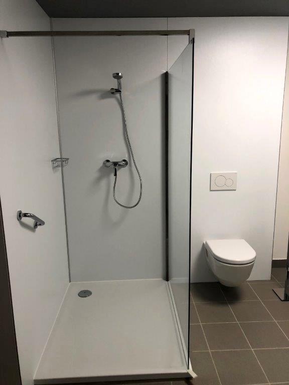 Großzügige Dusche und WC
