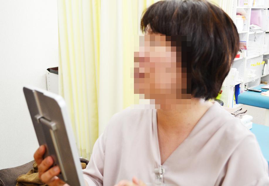 小顔専用グローブを使うことで、肌にハリが出て効果が持続しやすい施術です。