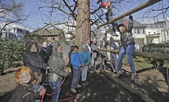 Die Organisatoren des Gesundheitslaufs begutachten das neue Klettergerüst im Kastanienhof. Foto: Dirk Jochmann