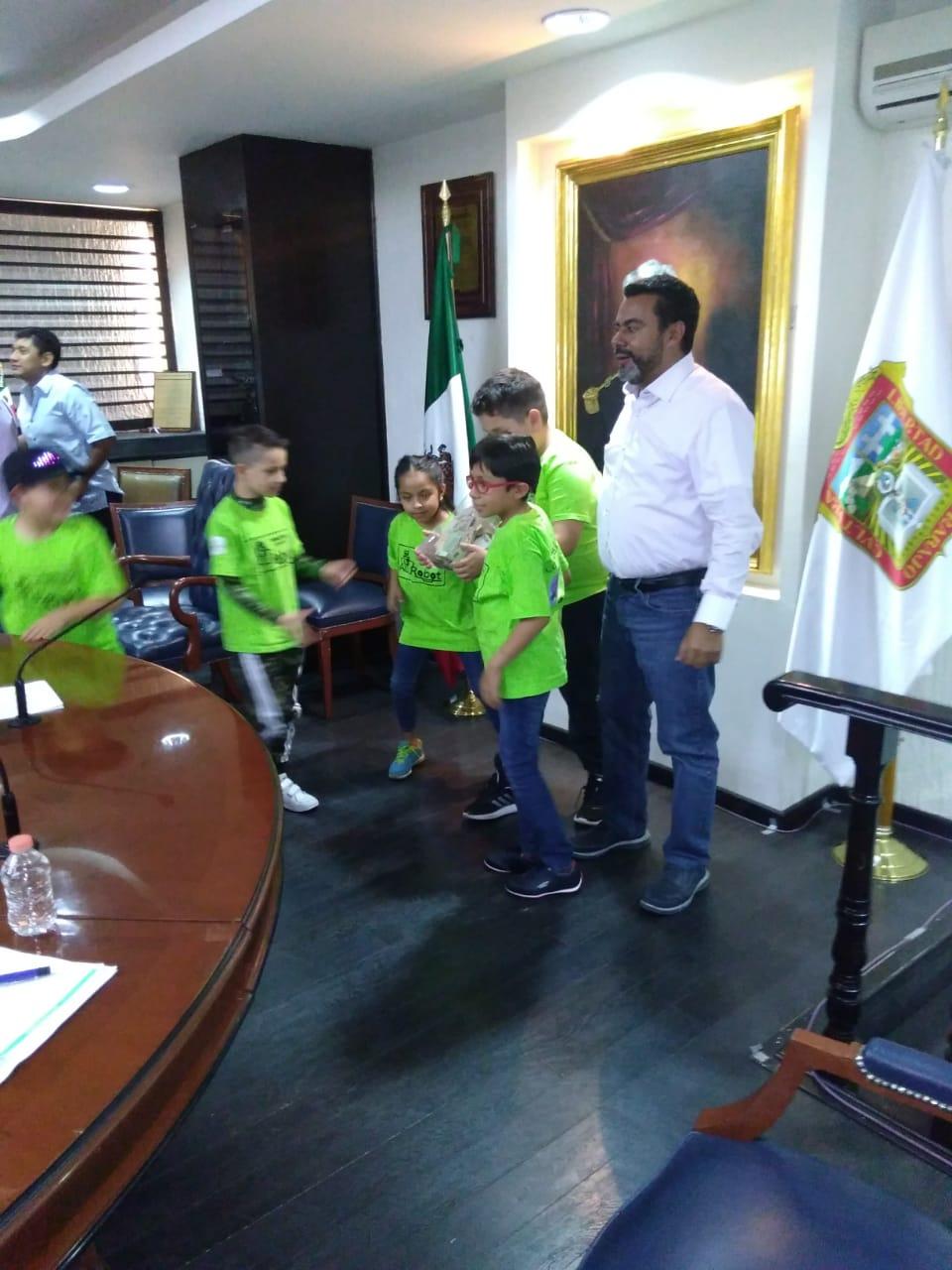 Alumnos de Allrobot con el Presidente municipal de Coacalco. Darwin Eslava
