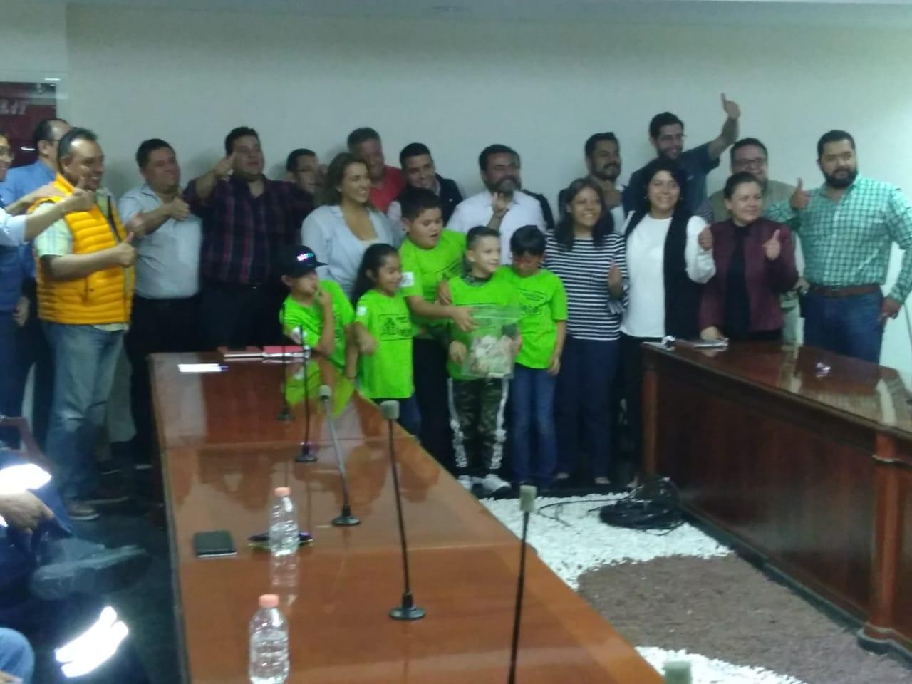 Alumnos con los Regidores, directores y presidente de Coacalco