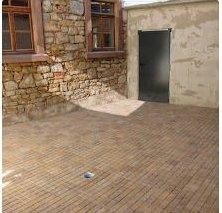 Fußbodenplatten des Farrenstalls liegen jetzt im Innenhof