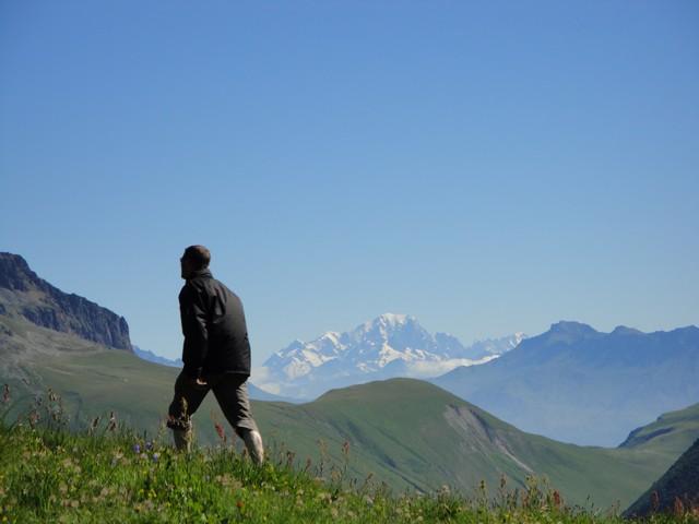 Le col du Sabot, au loin, le Mont Blanc.