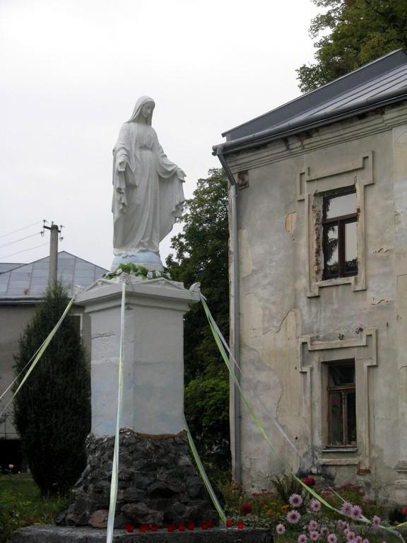 Статуя Матері Божої.
