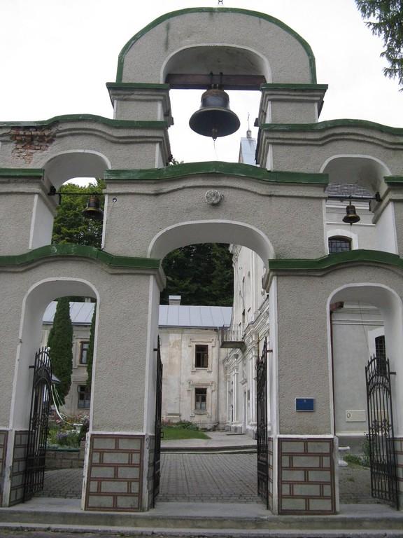 Ворота-дзвіниця монастиря