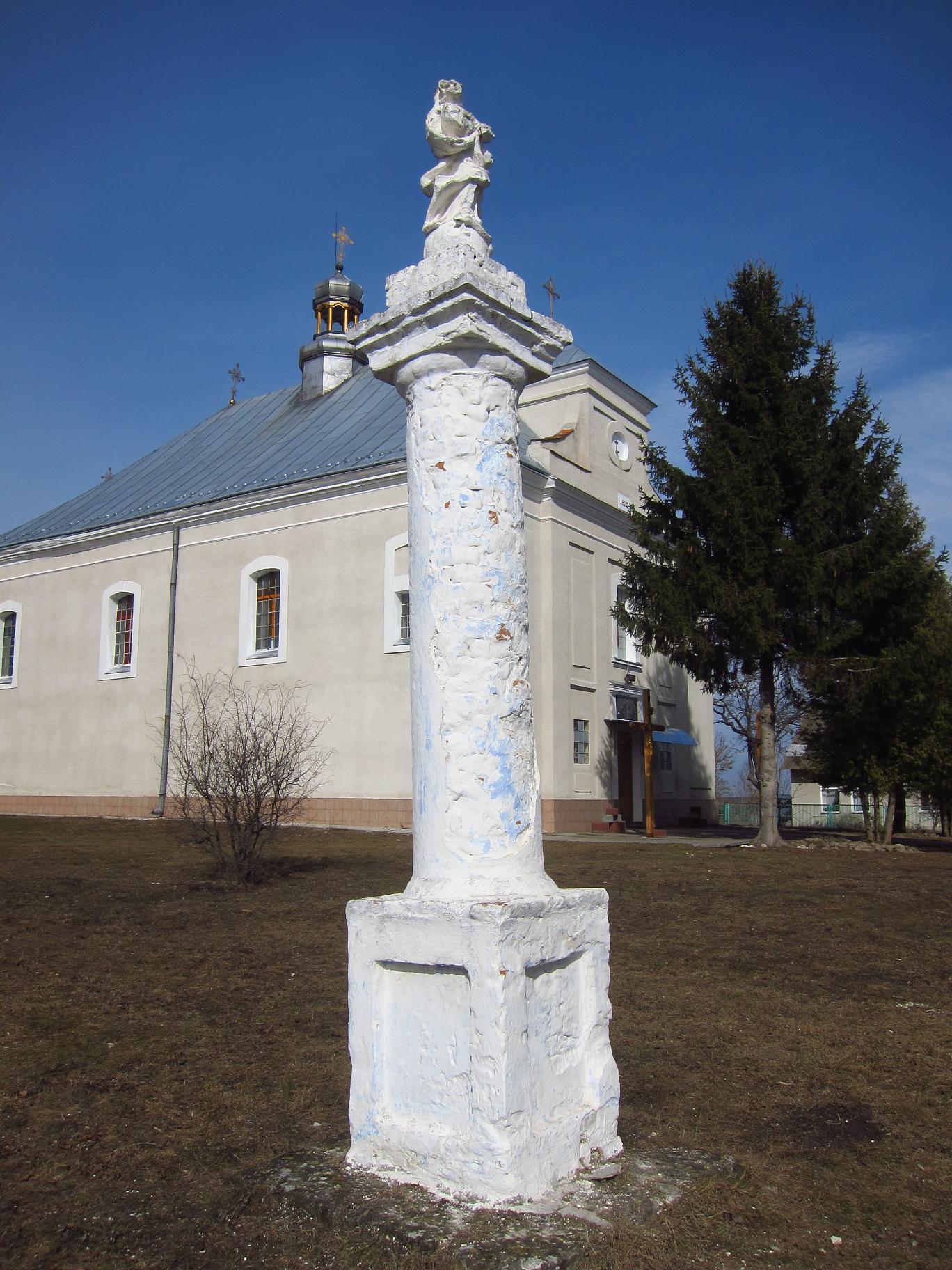Колона з фігурою Діви Марії.