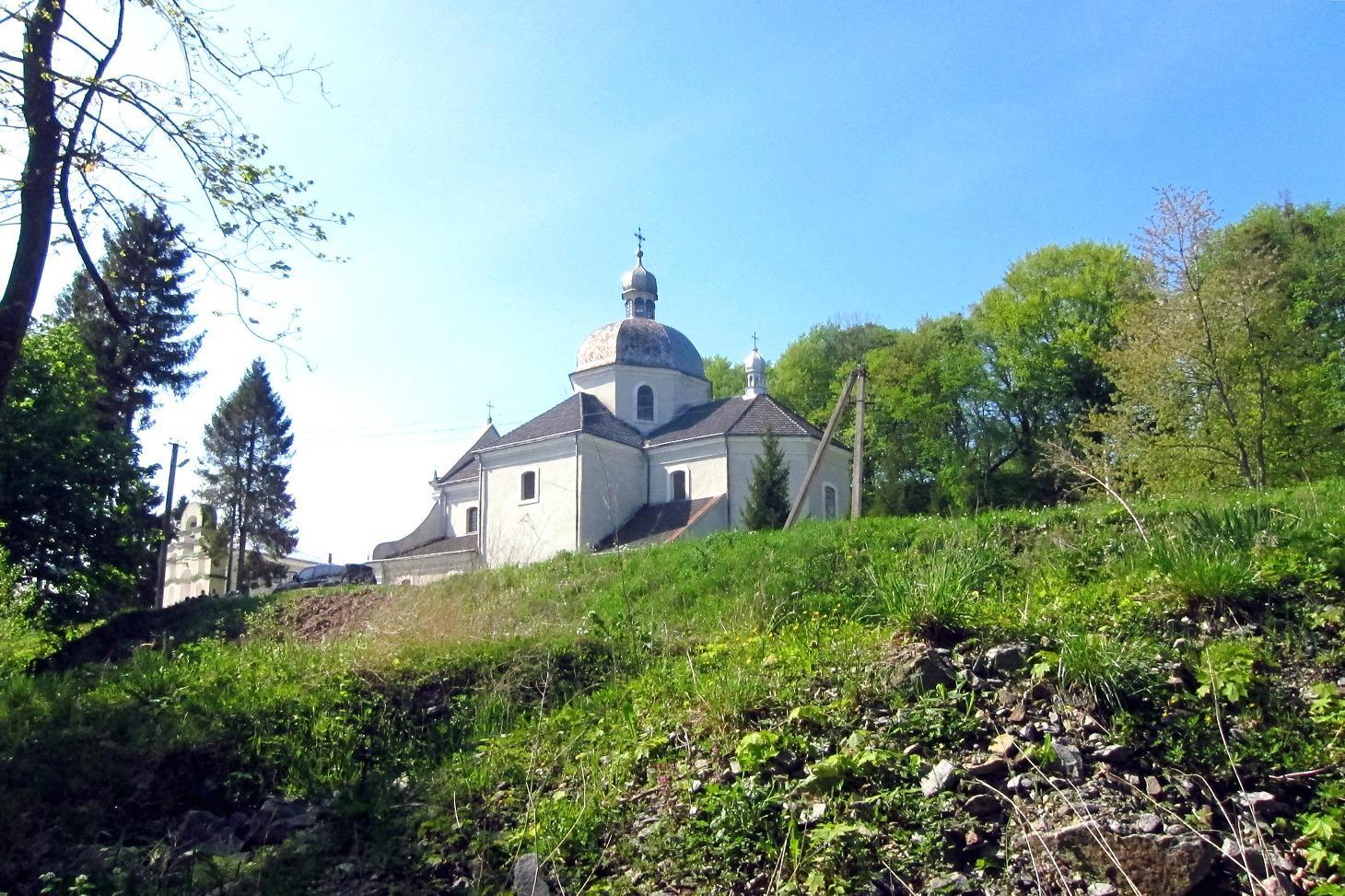 Монастир. Вид з низини.