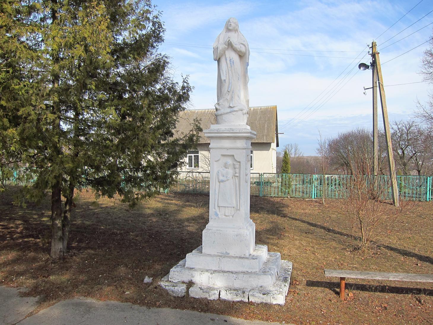 Фігура біля входу у храм.