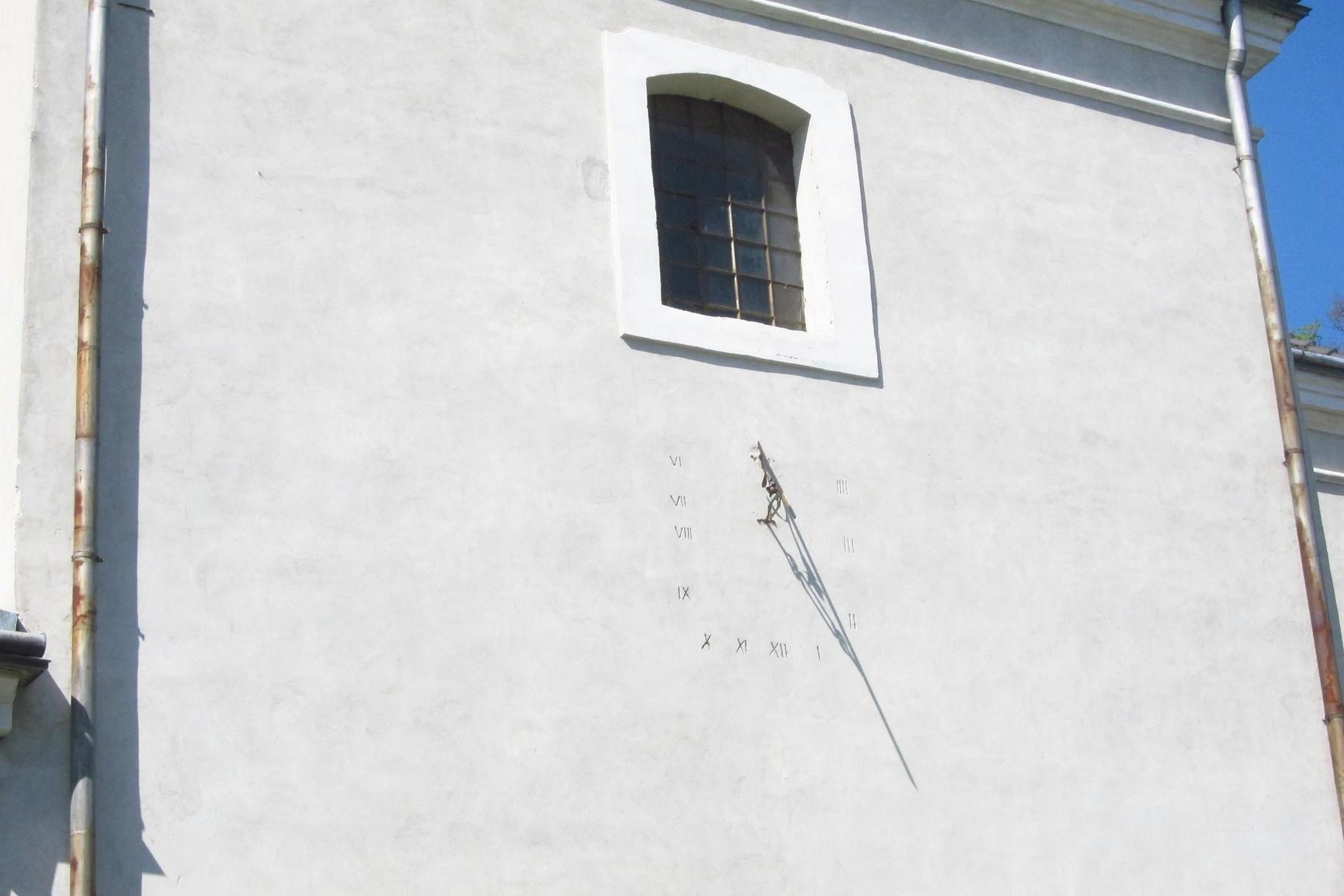 Сонячний годинник на стіні храму.