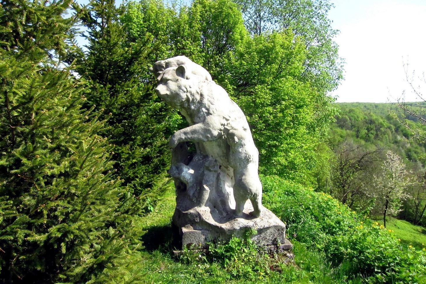 Скульптура на монастирському подвірї.