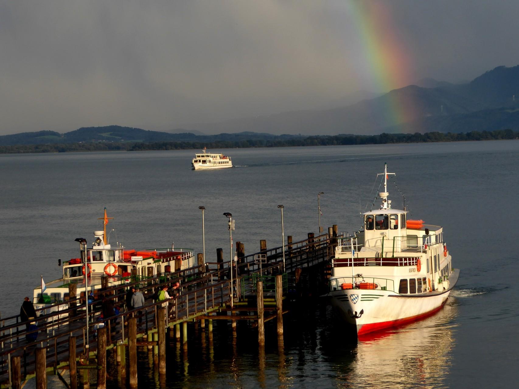 ...auf den farbenprächtigen Regenbogen der sich pünktlich zum Ausstellungsbeginn über dem Chiemsee wölbt