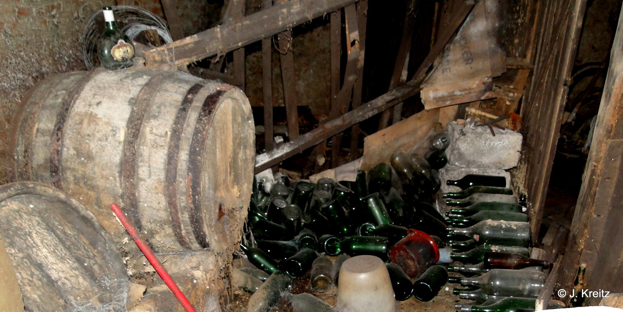Fässer , Flaschen und Behälter die teilweise noch original gefüllt sind.
