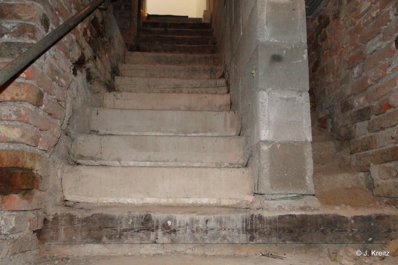Die steile Stiege zum unterirdischen Stüberl hat früher nicht  jeder ohne Blessuren geschafft.