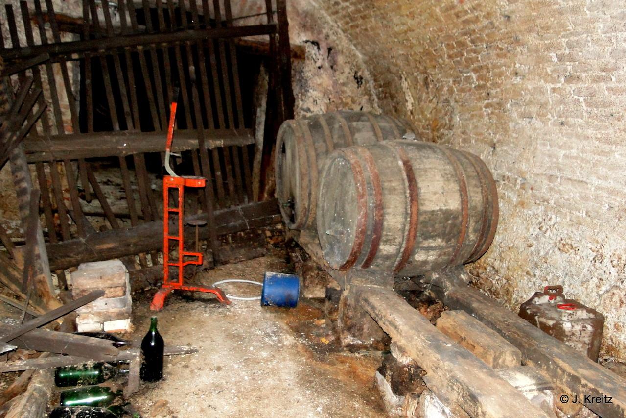 Vor der Verkorkungsmaschine steht noch eine original gefüllte Flasche.
