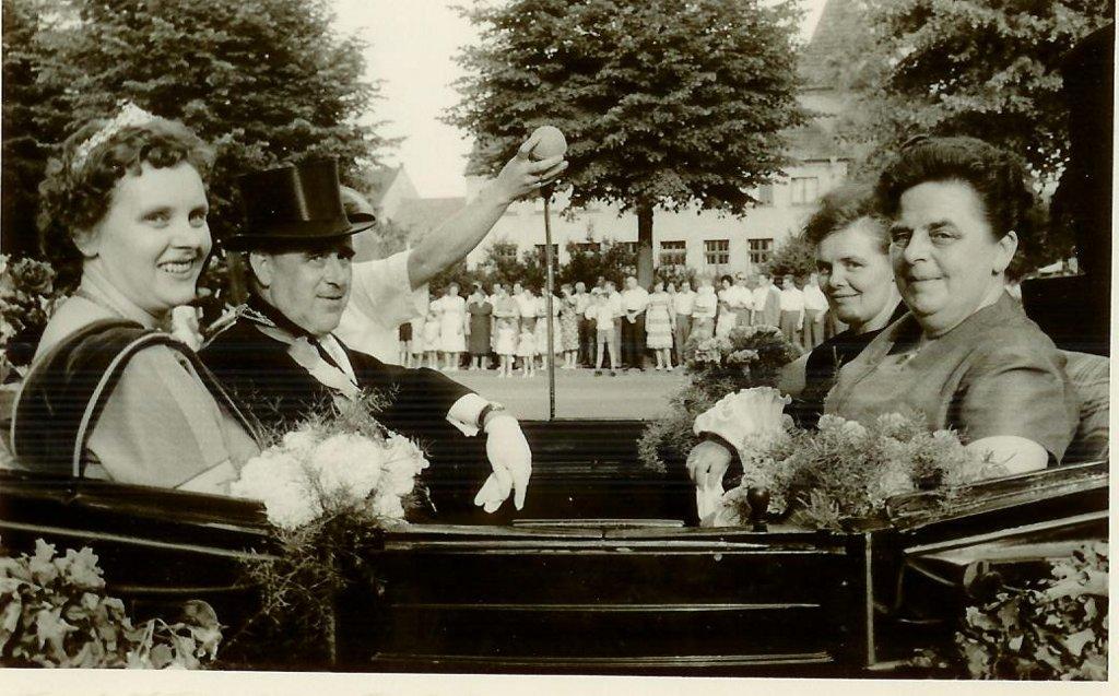 König 1961: Heinrich Huestedde, Königin: Franziska Allendorf, Ehrendamen: Hedwig Huestedde und Agnes Groll