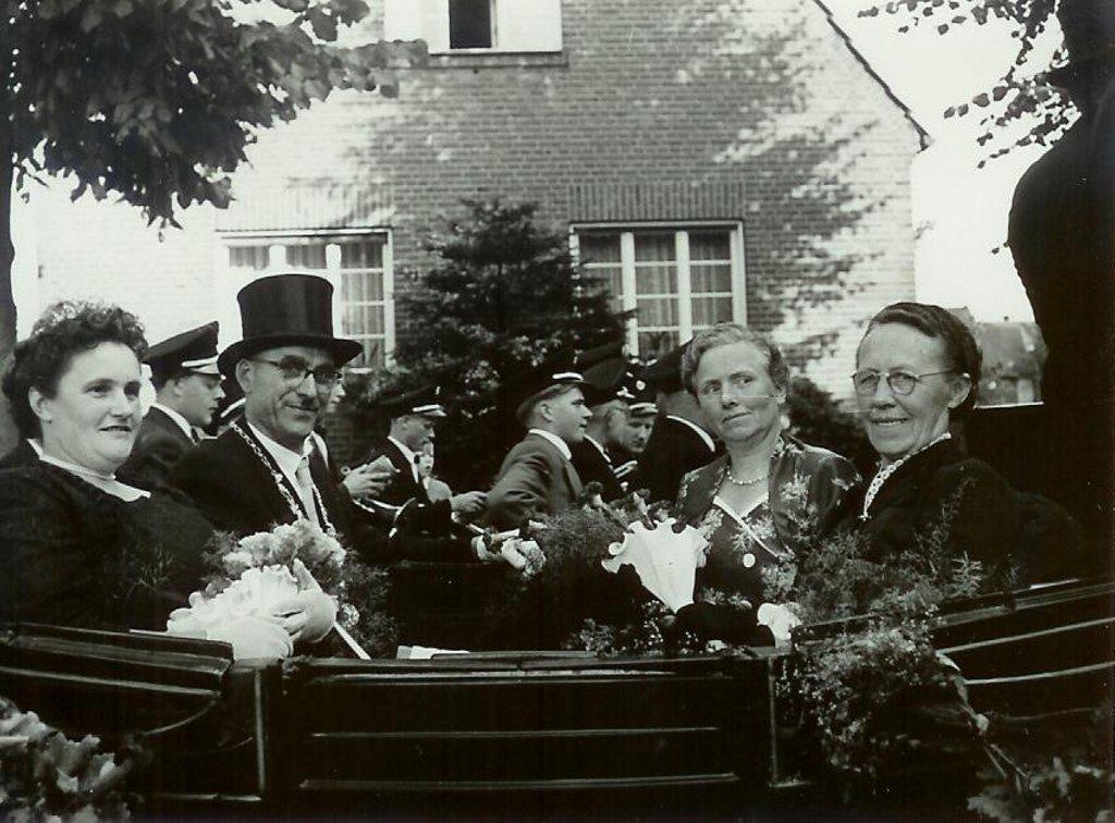 König 1957: Bernhard Menke, Königin: Anna Bäumer,  Ehrendamen: Hedwig Menke und Alwine Heßling