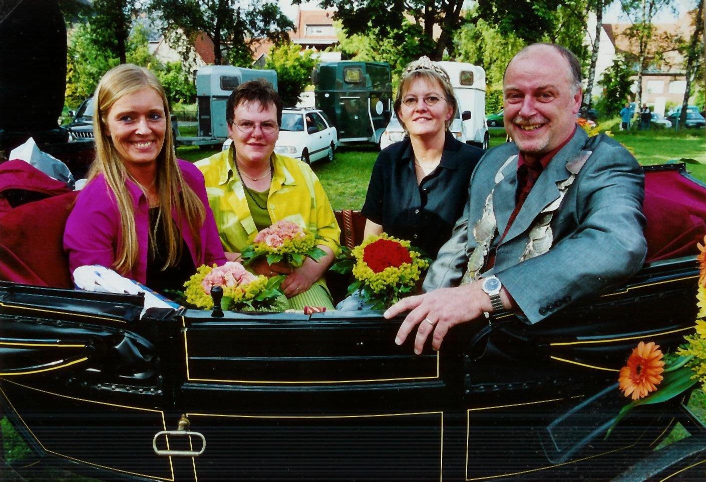 König 2001: Michael Stutter, Königin: Gerda Hesper, Ehrendamen: Margret Bolte und Elke Stutter