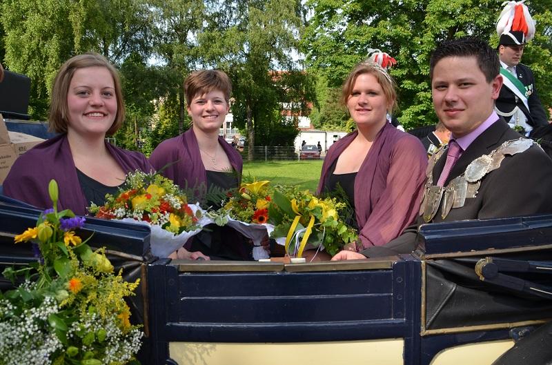 König 2012: Thosten Schwach, Königin: Maria Bolte, Ehrendamen: Jutta Hesper und Jennifer Driemer