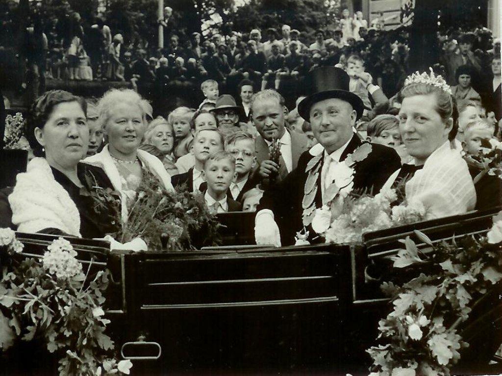 König 1958: Georg Muddemann, Königin: Maria Tenholte, Ehrendamen: Auguste Muddemann und Sophie Schürmann