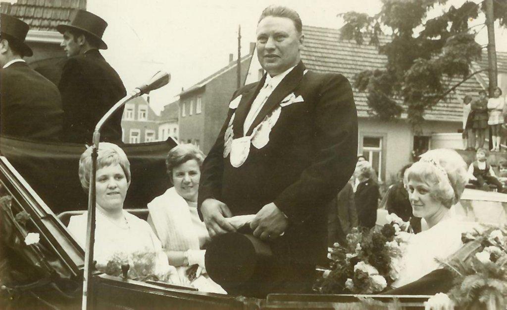 König 1970: Paul Berheide, Königin: Annelene Averesch, Ehrendamen: Anni Berheide und Brigitte Pollecker