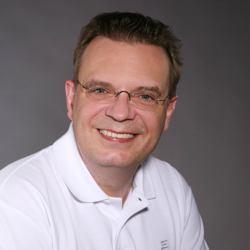 Prof. Dr. Christopf Benz testet den LinguaFresh Zungenreiniger