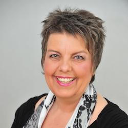 Brigitte Godizart testet den LinguaFresh Zungenreiniger
