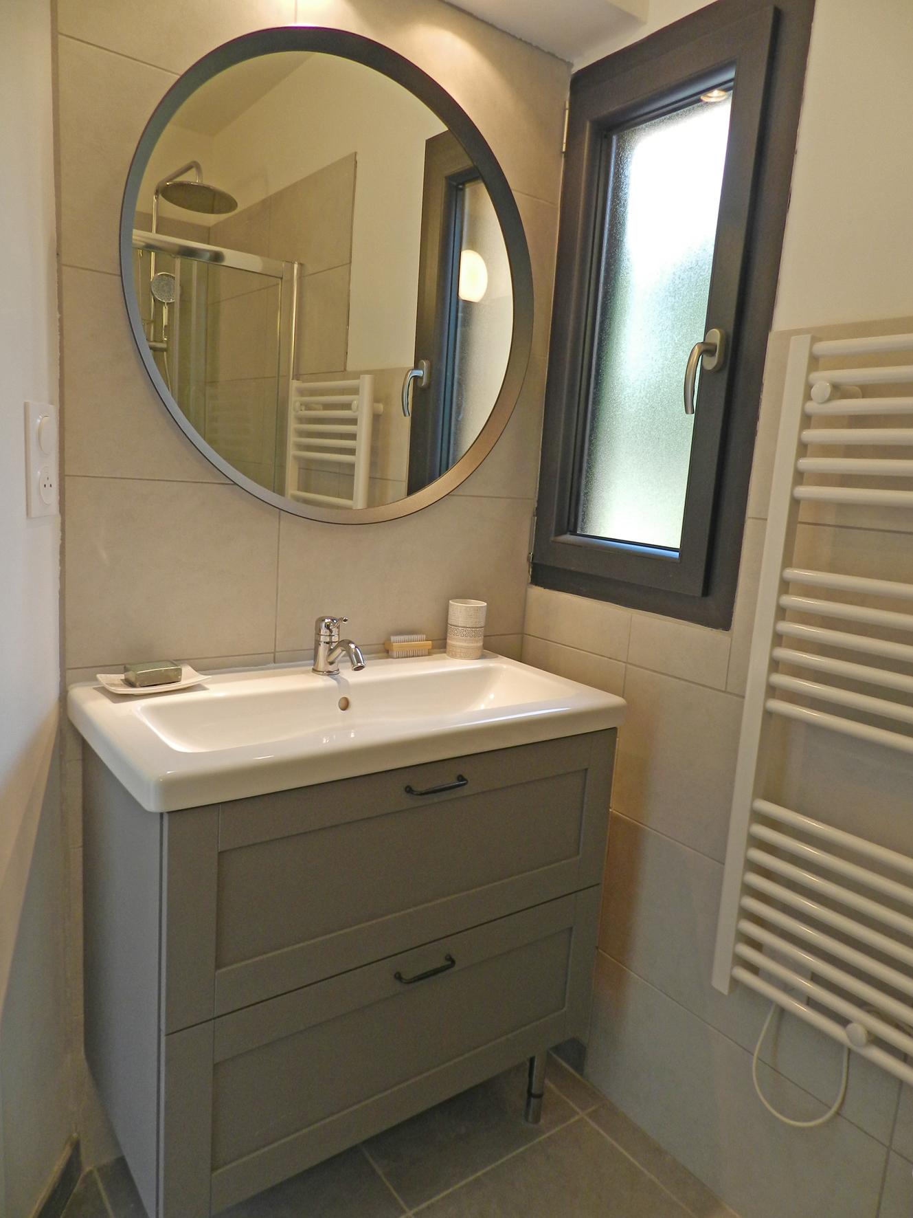 Drap de bain, serviette, gant et sèche cheveux à disposition, douche à l'italienne