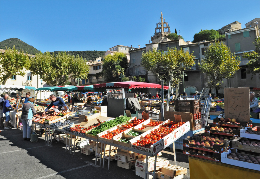 Place de la mairie, les étales de fruits et légumes