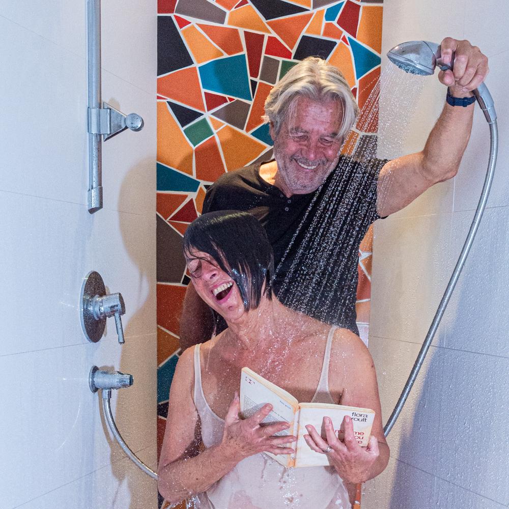Elle hésitait entre une douche et un roman