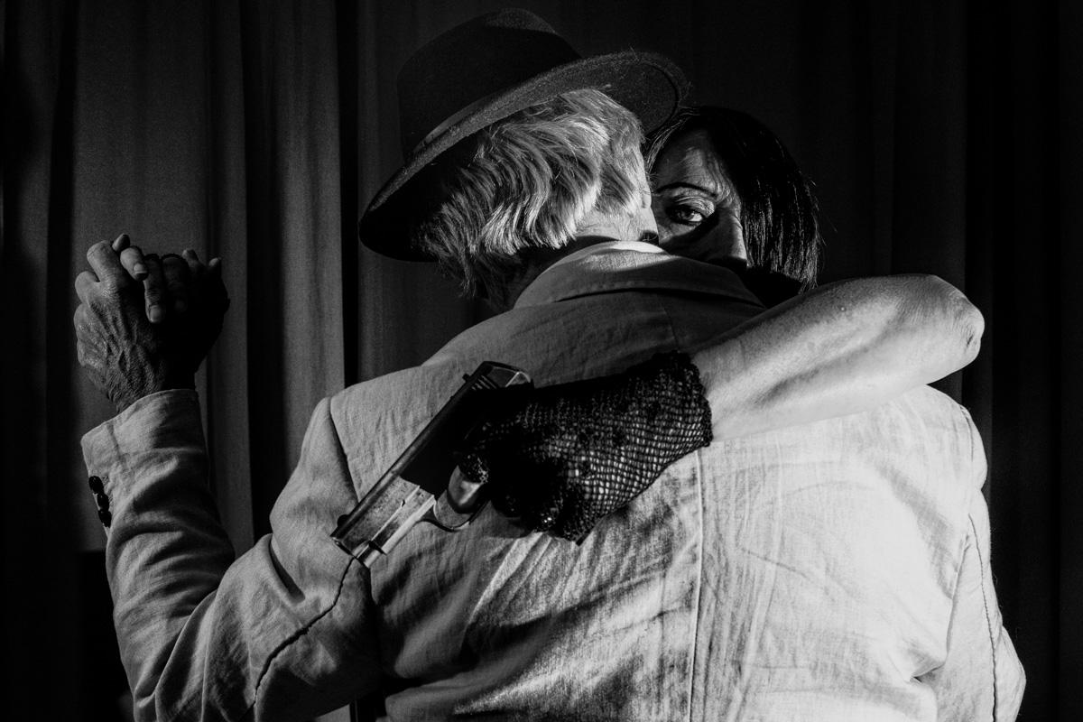 Quand je fais tango avec Lou; j'aime bien qu'elle surveille ce qui se passe dans mon dos.