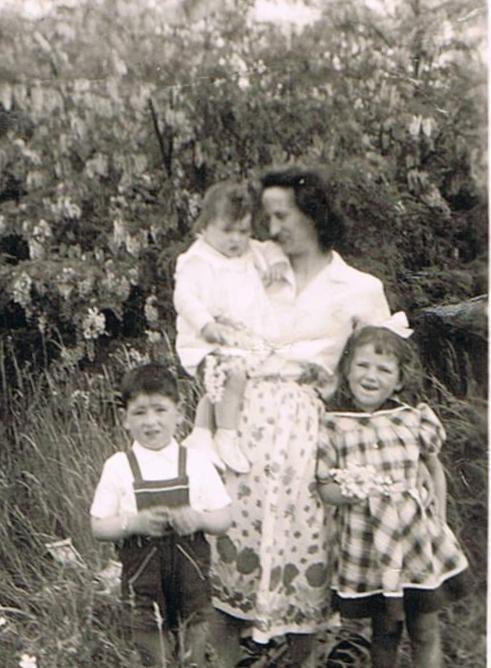Maman Avec Annick, Jean Michel et Domi en 1952