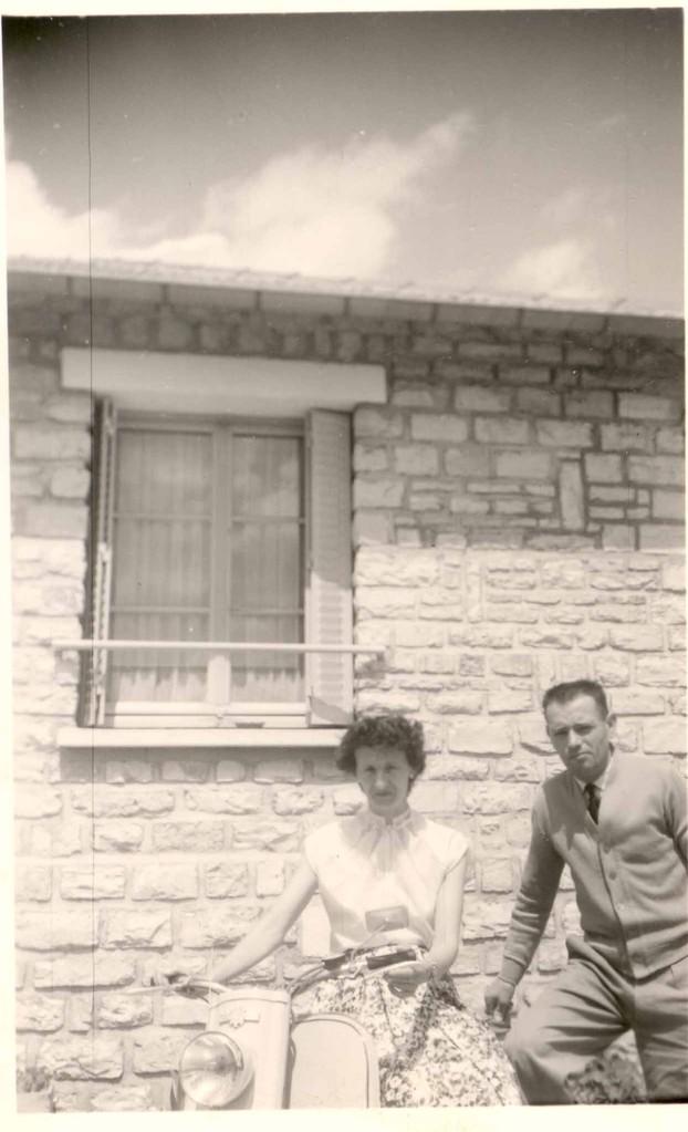 papa et Maman devant la maison