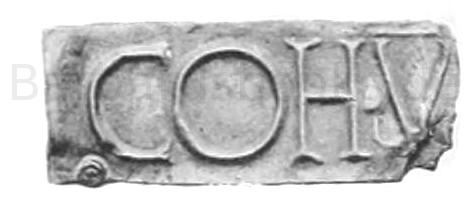 Tafel mit der Inschrift Koh. V. (Bestandteil eines Signum). Fundort im Kastell von Niederbiber bei Neuwied. Fürstliche Sammlung zu Neuwied. Silber.