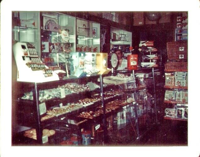 Il banco vendita interno del negozio di Viale Romagna, (1970)