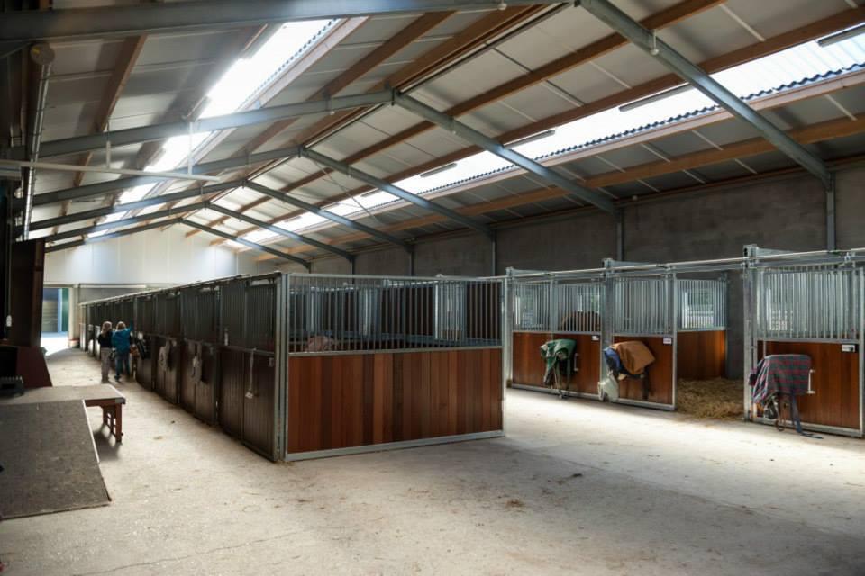 De stallen van Manege Gooi en Eemland